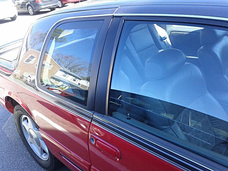 Синяя тонировка стекол автомобиля фото